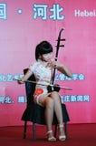 Jugar a la muchacha del erhu Foto de archivo libre de regalías