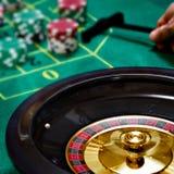 Jugar la ruleta con una ruleta móvil Fotografía de archivo