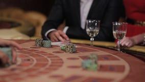 Jugar la veintiuna en el casino La gente hace apuestas y gana almacen de video