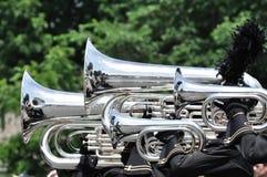 Jugar las tubas y a los barítonos que marchan en desfile Fotos de archivo libres de regalías