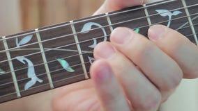 Jugar los fingeres del fingerboard de la guitarra eléctrica de su mano izquierda almacen de video