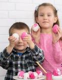 Jugar los huevos de Pascua Fotografía de archivo libre de regalías