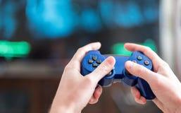 Jugar a los juegos video Imagen de archivo