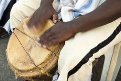 Jugar los tambores Imagenes de archivo