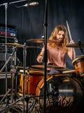 Jugar los tambores en el estudio fotografía de archivo