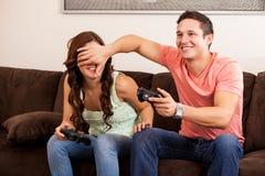 Jugar a los videojuegos y engaño Imagen de archivo libre de regalías