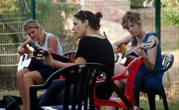 Jugar música Imagen de archivo libre de regalías