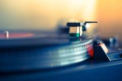 Jugar m?sica retra: Jugador de m?sica audio turnable profesional del disco de vinilo imagenes de archivo