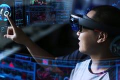 Jugar magia   Realidad virtual con los hololens fotos de archivo