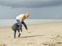 Jugar pídola en la playa Foto de archivo libre de regalías