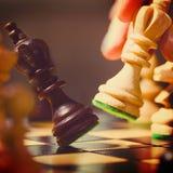 Jugar pedazos de ajedrez de madera Imagen de archivo libre de regalías