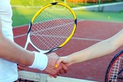 Jugar a tenis fotos de archivo libres de regalías