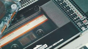Jugar un casete audio en una grabadora del vintage metrajes