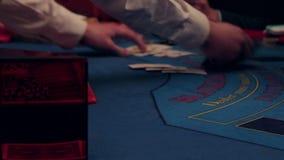 Jugar un casino en la tabla, distribución de tarjetas almacen de metraje de vídeo
