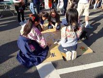 Jugar a un juego japonés de tarjeta Foto de archivo libre de regalías