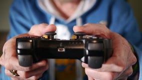 Jugar a un juego video Imagen de archivo libre de regalías