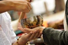Jugar un tazón de fuente de la meditación Foto de archivo libre de regalías