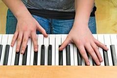 Jugar un teclado Imagen de archivo