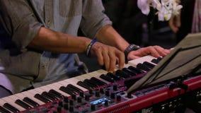 Jugar un teclado de piano