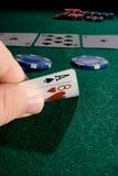 Jugar una mano del póker Fotos de archivo
