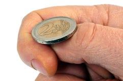 Jugar una moneda de fichas con una moneda del dos-euro imagen de archivo