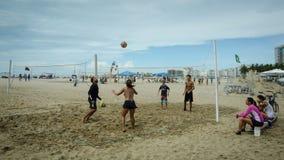 Jugar a voleibol en la playa de Copacabana en Rio de Janeiro Fotos de archivo