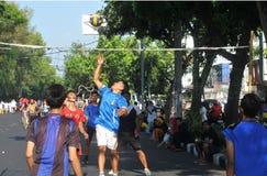 Jugar a voleibol en las calles Imagen de archivo libre de regalías