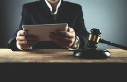 Juge à l'aide du comprimé numérique Loi et justice photos stock