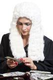 Juge corrompu de femelle comptant l'argent à la table sur le blanc photos libres de droits