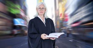 Juge devant la tache floue de mouvement de ville image libre de droits