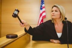 Juge environ pour frapper le marteau sur retentir le bloc Photos libres de droits