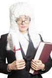Juge féminin portant une perruque avec des lunettes tenant le dossier et la BO image libre de droits