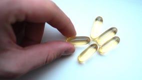 Juge les médecines, les comprimés ou les vitamines transparents de capsules dispersés Image libre de droits