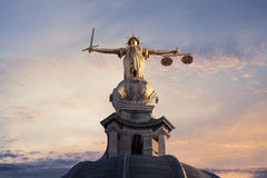Juge On The Old Bailey, Londres avec un fond de coucher du soleil Photographie stock