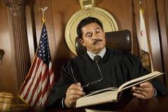 Juge Reading Law Book Photo libre de droits