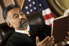 Juge Reading Law Book Photos libres de droits