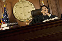 Juge Sitting In Courtroom image stock