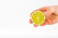 Jugeant la chaux disponible Fond propre blanc Fruit à disposition photos libres de droits