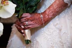 Jugeant le bouquet étroit de l'anneau de jeunes mariées Photographie stock libre de droits