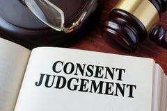 Jugement de consentement et un marteau photo stock