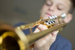 Jugend-übende Trompete Lizenzfreies Stockbild