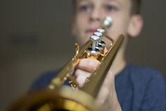 Jugend-übende Trompete Stockfoto
