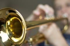 Jugend-übende Trompete Lizenzfreie Stockbilder