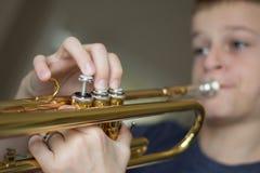 Jugend-übende Trompete Stockbild