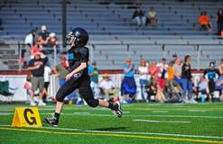 Jugend amerikanisches Footballcrossing die Torlinie Lizenzfreies Stockfoto