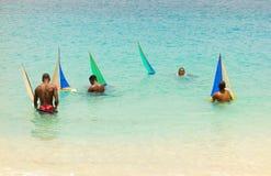 Jugend, die gumboats in den Karibischen Meeren segelt Stockfoto