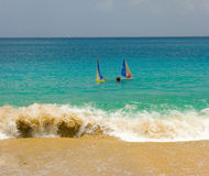 Jugend, die gumboats in den Karibischen Meeren segelt Lizenzfreie Stockfotografie