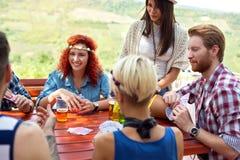 Jugend, die Spaß während Getränkbier und Spielkarten hat Stockfoto