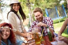 Jugend, die Spaß während Getränkbier und Spielkarten hat Stockfotografie