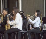 Jugend führt an den Blasinstrumenten in der Orchester Band an Disneys Kalifornien-Abenteuer durch stockbilder